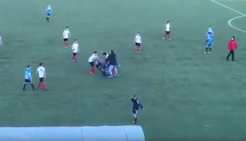 VIDEO – Rissa violenta nel campionato giovanissimi  A Paola genitori vengono alle mani in mezzo al campo