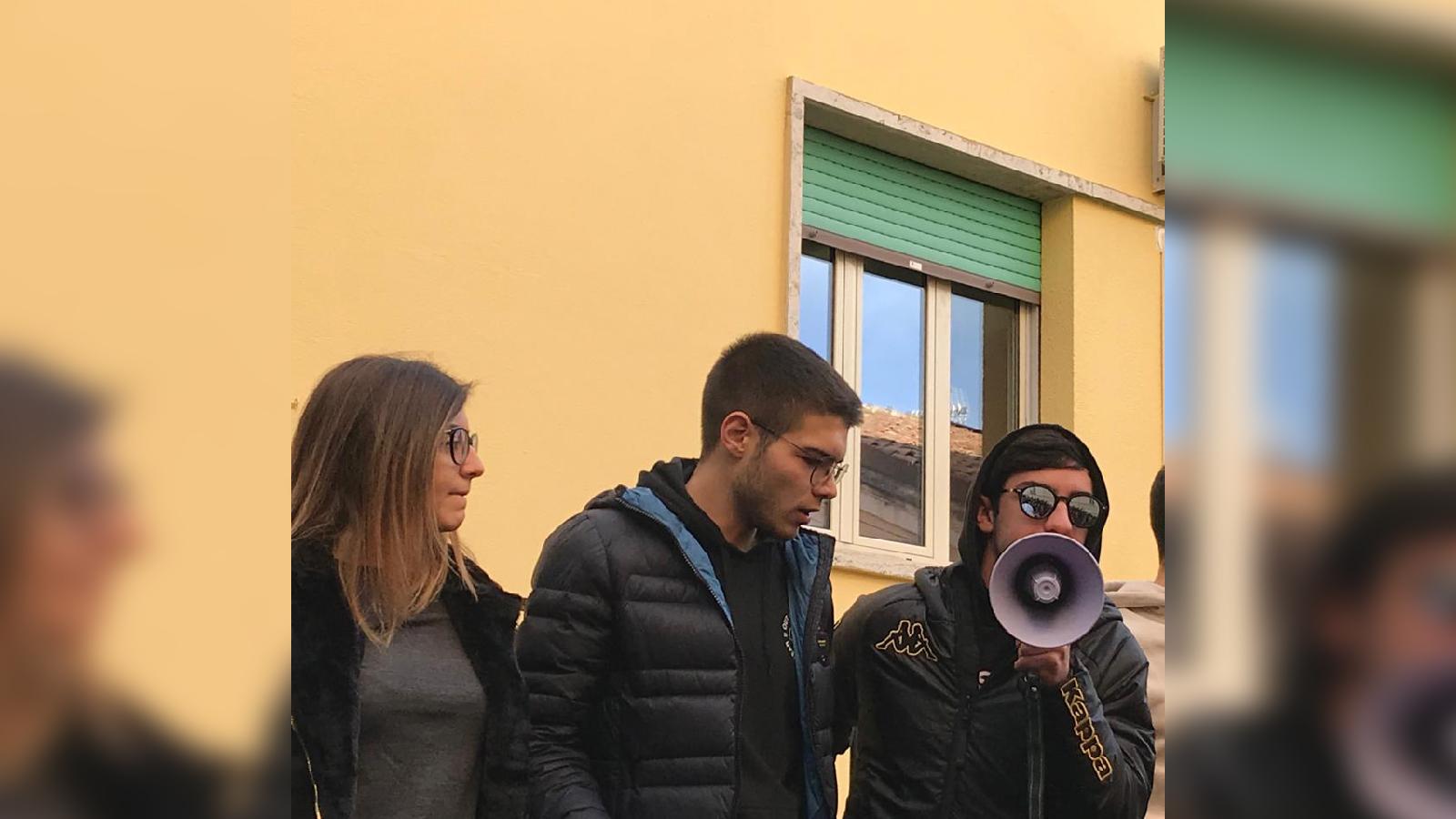 Cornicioni pericolanti, eternit, fumo dall'impianto elettricoManifestazione di protesta degli studenti a Catanzaro
