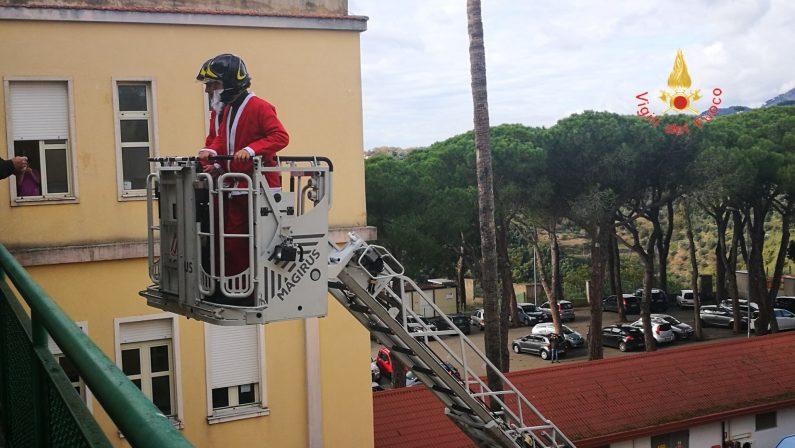FOTO - I vigili del fuoco fanno visita al reparto di oncologia pediatrica di Catanzaro