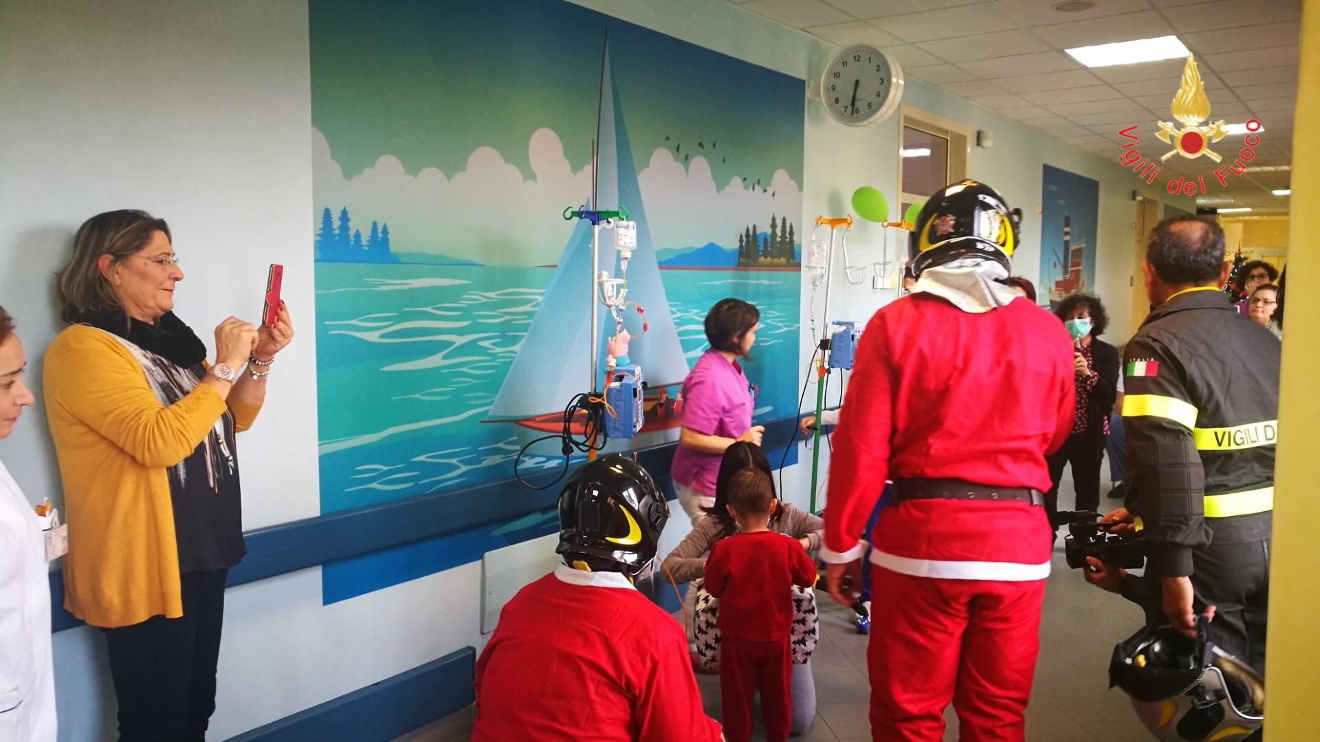 VIDEO - I Vigili del Fuoco in visita al reparto di Oncologia Pediatrica di Catanzaro portano Babbo Natale in autoscala