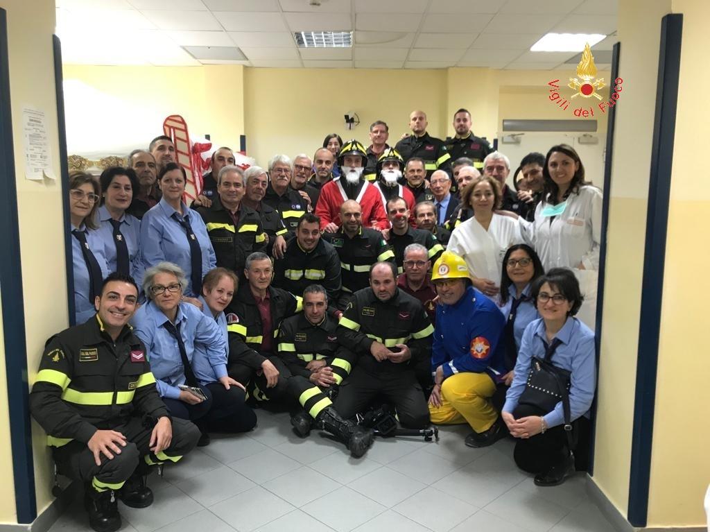 I vigili del fuoco in visita al reparto di oncologia pediatricaA Catanzaro Babbo Natale arriva in autoscala
