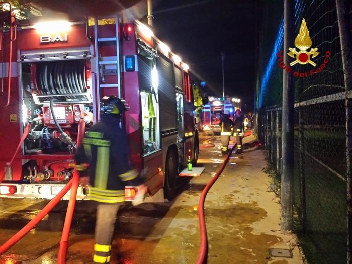 Allarme nel Cosentino, incendio in un deposito di una società per la raccolta dei rifiuti