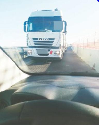 Scontro auto-Tir evitato per un soffio al semaforo del viadotto Scescio