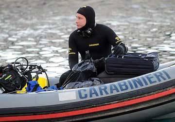 Giallo in mare a Corigliano, prima emerge un cadavereDopo tre giorni rinvenuto un furgone nei fondali
