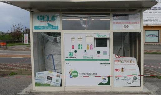 Danneggiato un ecocompattatore nel CosentinoIntimidazione ad azienda, sospesa raccolta rifiuti