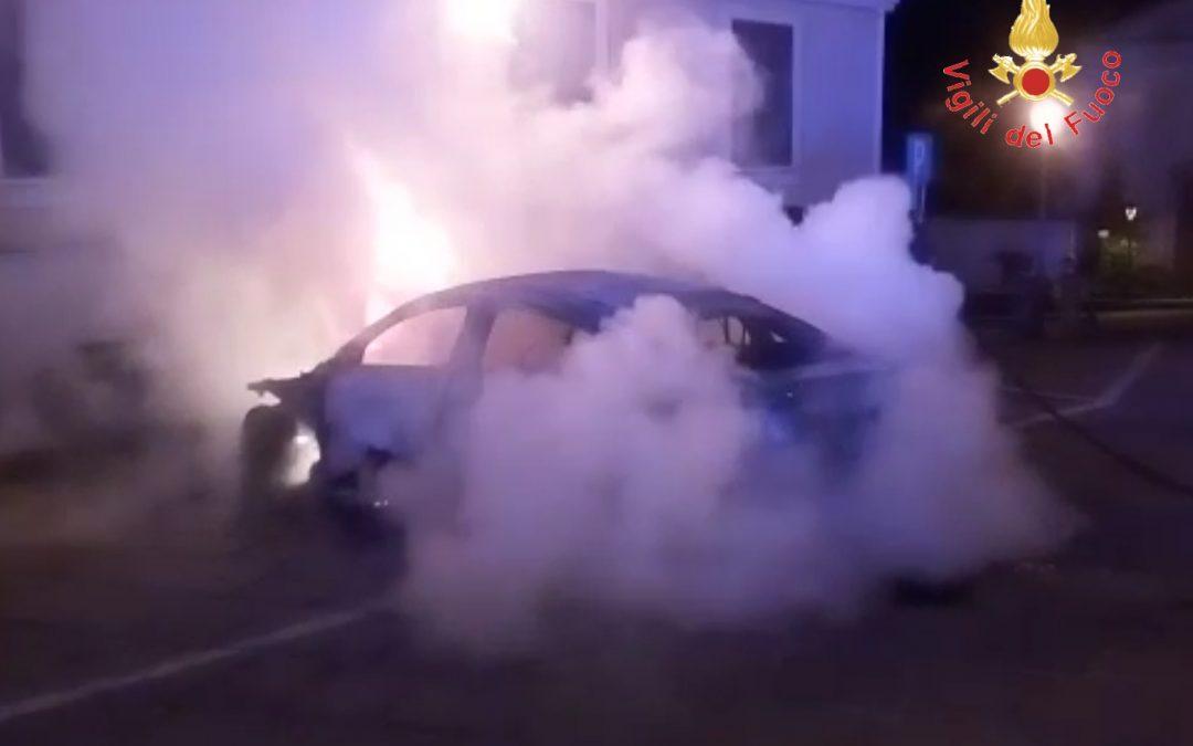 Ancora un'autovettura incendiata a Squillace  Intimidazioni contro una famiglia, avviate indagini