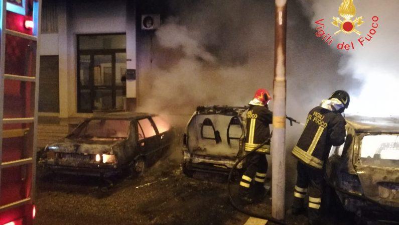 In fiamme quattro auto nella notte nel CatanzareseDanni anche al palazzo adiacente, paura tra i residenti
