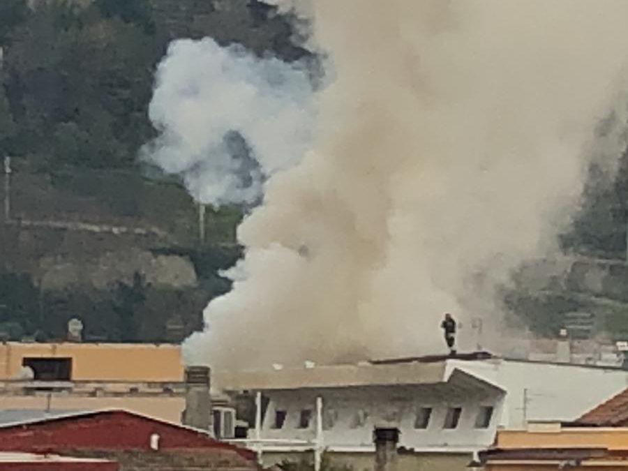 Incendio in un appartamento nel centro di Cosenza  Fiamme e fumo alle spalle di Corso Mazzini