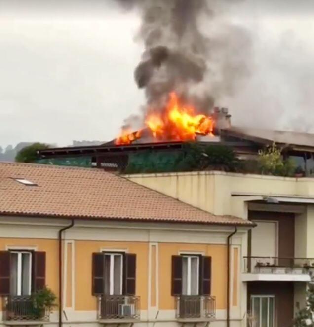 FOTO – Incendio in centro a Cosenza, fiamme in un appartamento su Corso Mazzini
