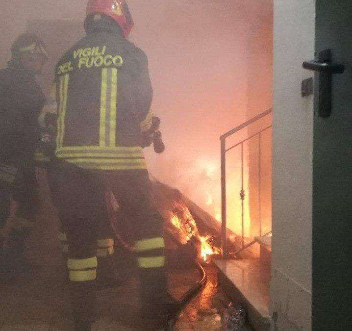 Incendio in uno scantinato in un palazzo di Crotone  Tanta paura tra i residenti, danni limitati alla stanza