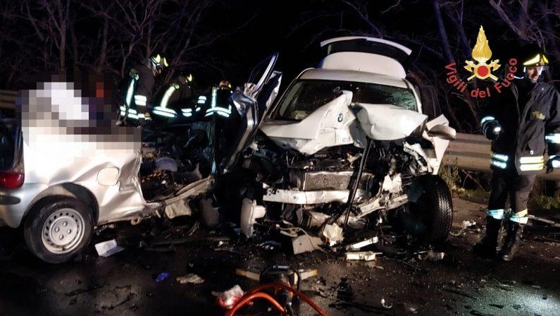 Due giovani morti in un incidente sulla statale 106Tragedia nel Catanzarese, vittime avevano 19 e 18 anni