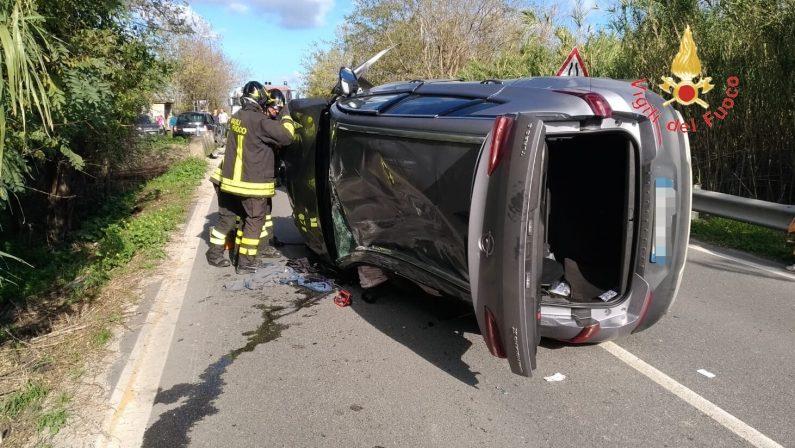 Incidente coinvolge tre auto sulla statale 106Interviene elisoccorso, due feriti nel Catanzarese