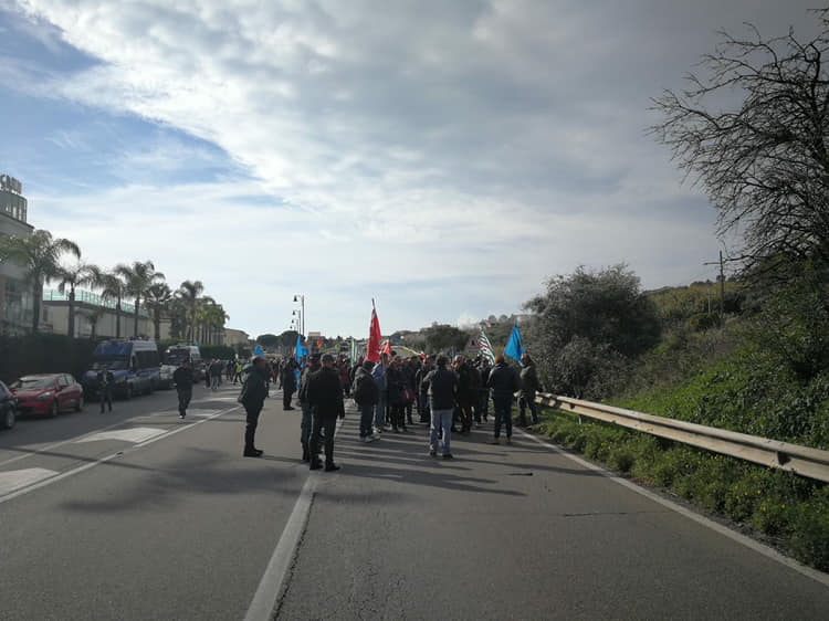 Protesta Lsu Lpu, si dimette il sindaco di AmendolaraManifestazione dei lavoratori sulla strada statale 106