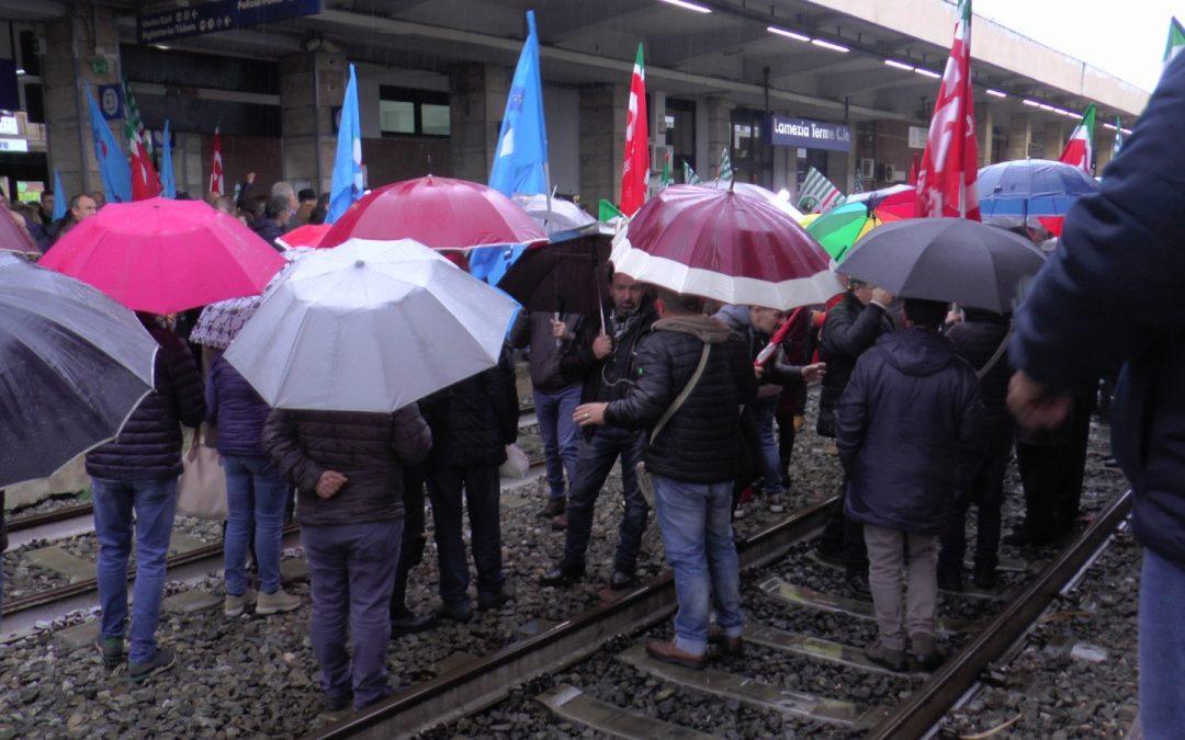 Ex Lsu-Lpu bloccano treni nella stazione di Lamezia  Nessuna risposta dal Governo sulla stabilizzazione  Alla protesta partecipano Oliverio e i sindacati