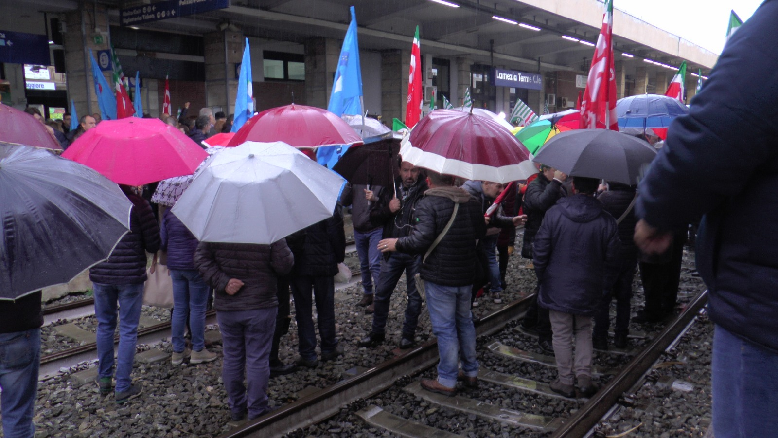 Ex Lsu-Lpu bloccano treni nella stazione di LameziaNessuna risposta dal Governo sulla stabilizzazioneAl presidio anche Oliverio, sindacati e alcuni sindaci
