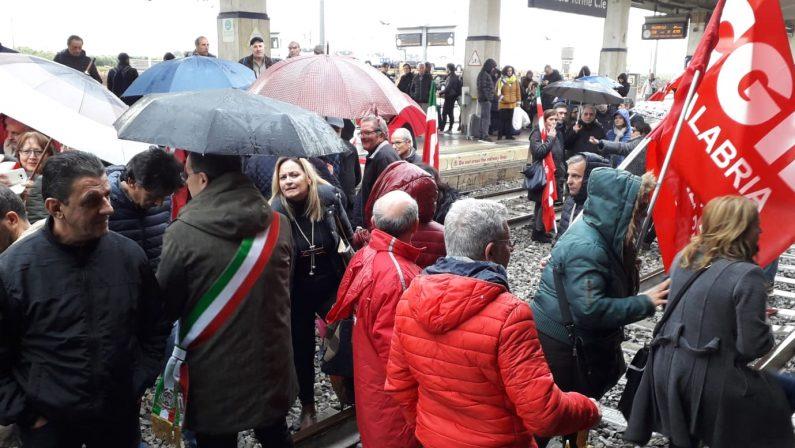 FOTO - Occupata la stazione di Lamezia, protesta dei lavoratori ex Lsu-Lpu
