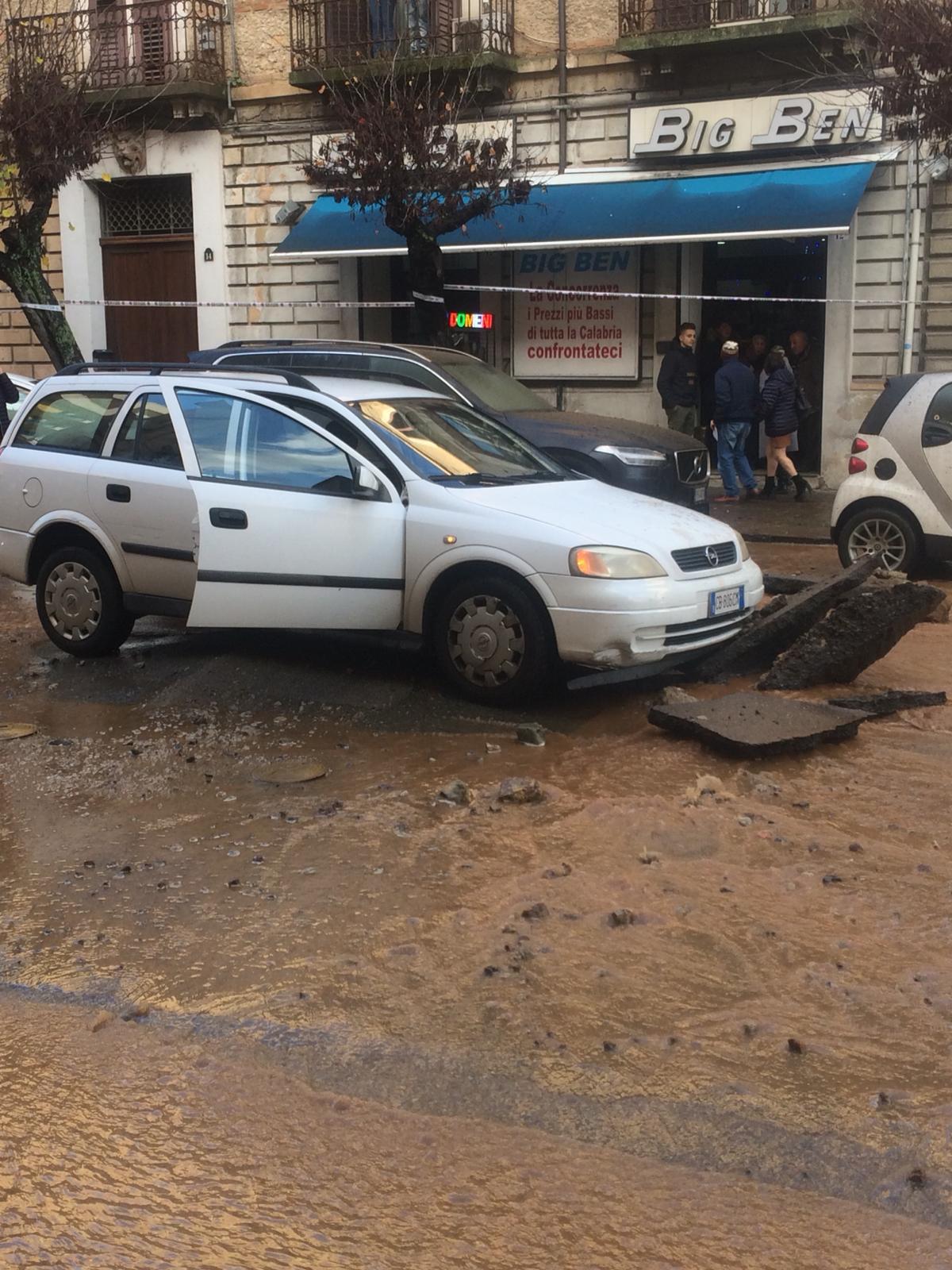 Esplode conduttura idrica in pieno centro a Cosenza  Voragine in strada, danni e paura tra i passanti