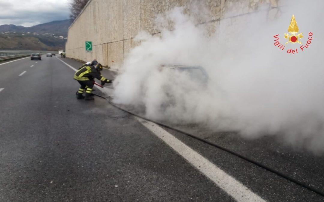 L'incendio di un'autovettura in autostrada