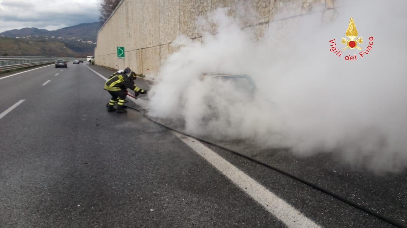 Veicolo in fiamme sull'A2 tra Cosenza e Rogliano  Autostrada chiusa al traffico in direzione sud