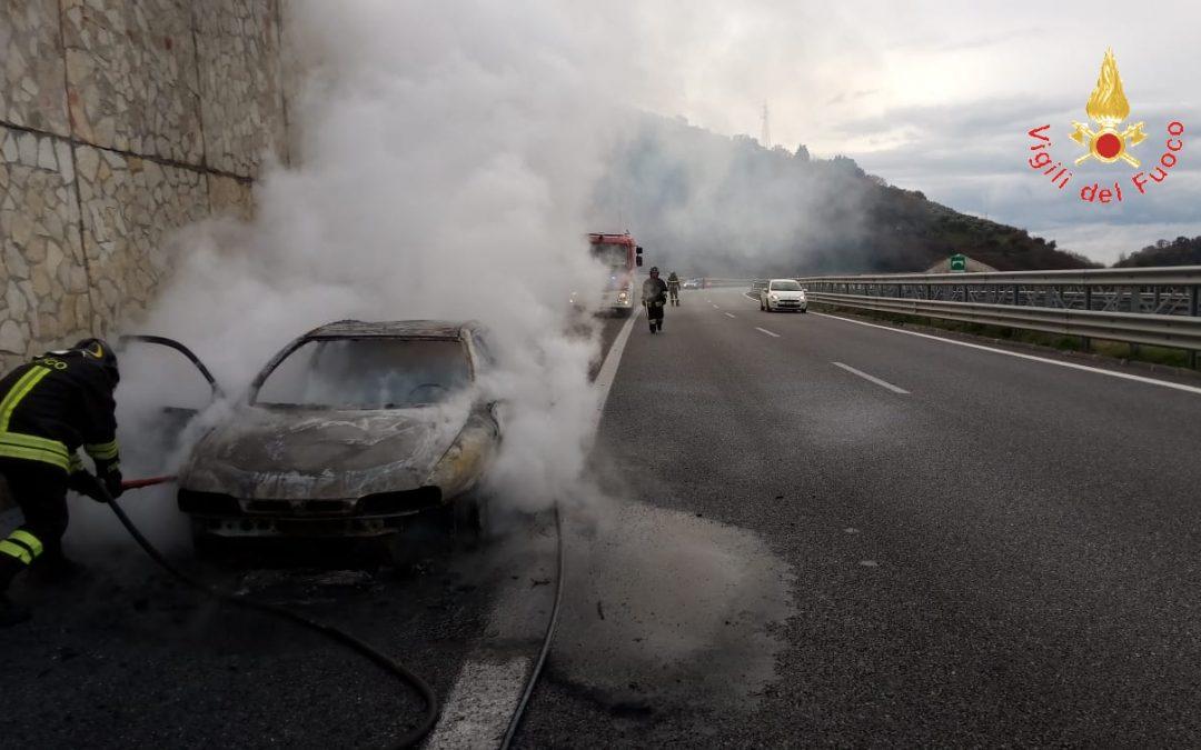 Attimi di paura sull'autostrada A2 del Mediterraneo  Auto in fiamme mentre viaggia tra Falerna e San Mango
