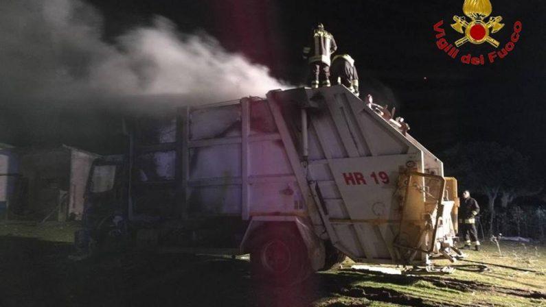 Incendio danneggia l'autocompattatore per i rifiutiCarabinieri avviano indagini sulle cause nel Crotonese
