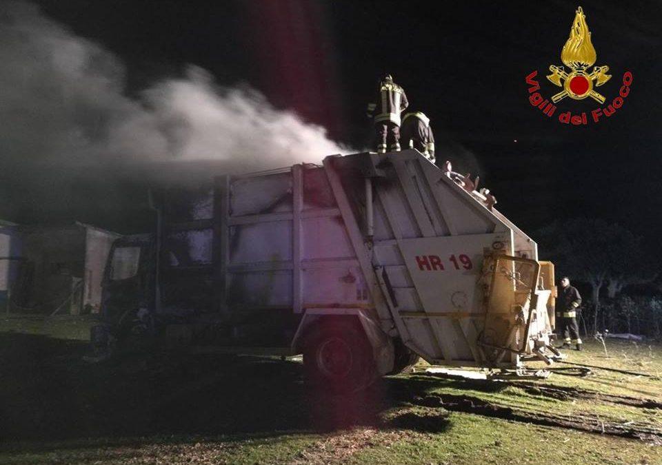 Incendio danneggia l'autocompattatore per i rifiuti  Carabinieri avviano indagini sulle cause del rogo