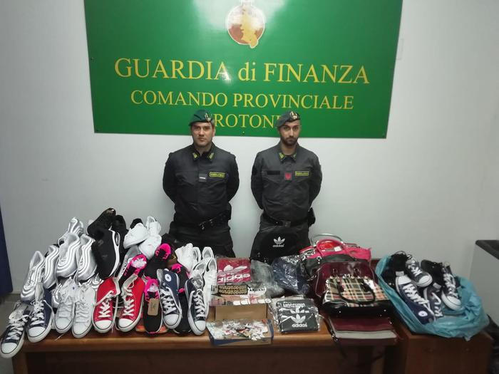 Crotone, sequestrati centinaia di capi contraffattiVendevano la merce su Facebook, 8 denunce