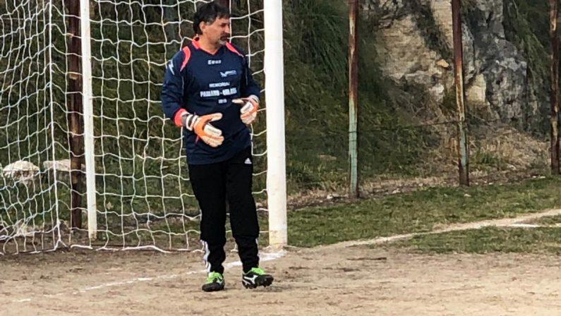 """Calcio, a 54 anni in campo per difendere la porta  Il portiere """"esperto"""" ha giocato in Terza categoria"""