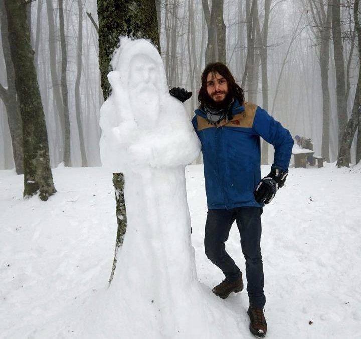 LA FOTO – La scultura con la neve di San Francesco di Paola realizzata nel Cosentino