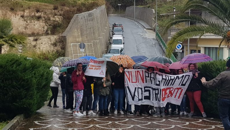 Aumenta il costo dello Scuolabus a RombioloGli studenti scendono in piazza contro il sindaco