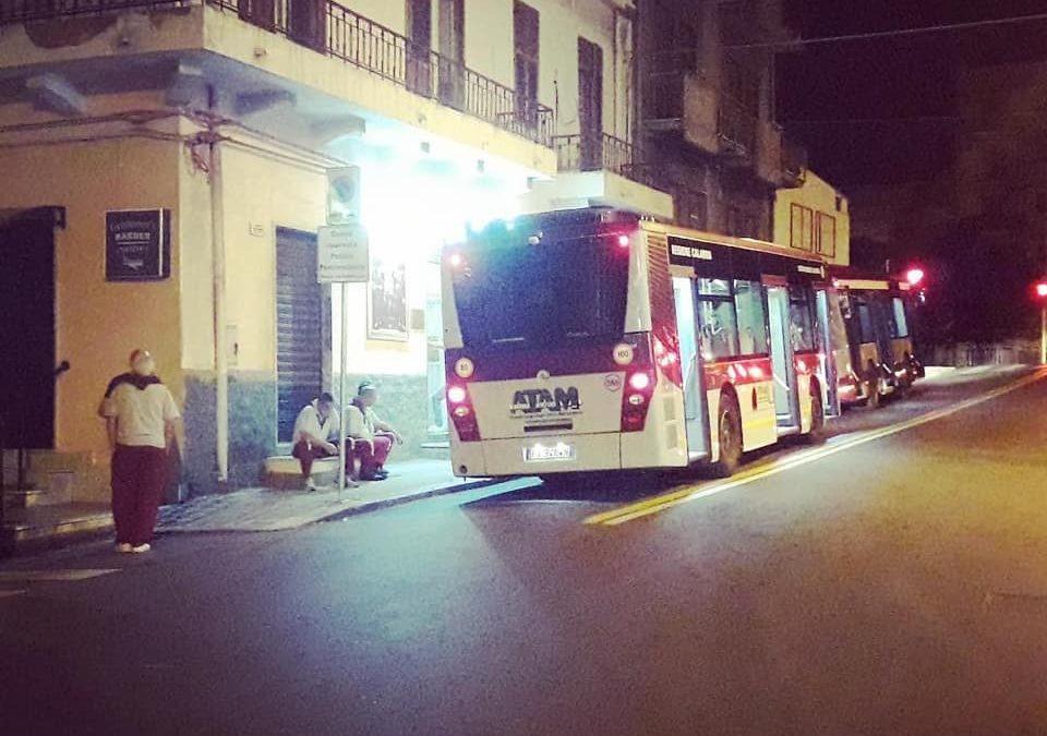 L'autobus danneggiato