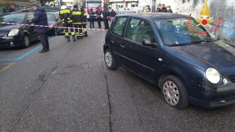 FOTO - Voragine in pieno centro a Catanzaro, danni ad alcune auto. Traffico in tilt