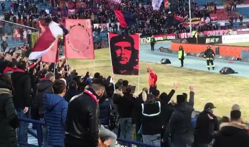 VIDEO - Calcio, il Cosenza celebra il suo idolo: Baclet canta con i tifosi