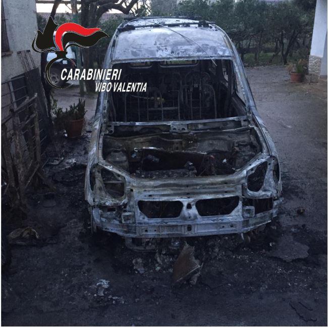 Litiga con il padre, evade e gli brucia l'auto a ViboL'uomo era detenuto ai domiciliari, arrestato
