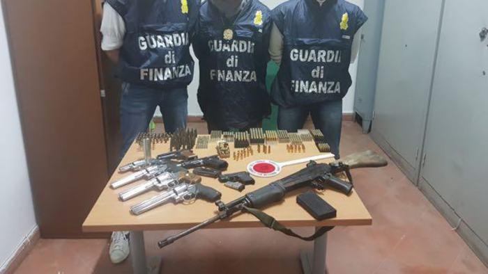 Blitz Gdf in officina del Napoletano: trovato arsenale nella bombola del gas
