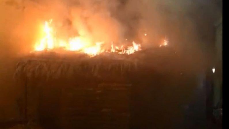 VIDEO - Incendiata la capanna del Presepe vivente nel Catanzarese, indagini