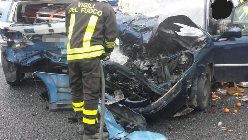 Auto travolge pattuglia della polizia in autostradaGrave automobilista, illesi agenti nel Cosentino
