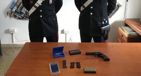 Getta armi e munizioni per evitare i controlliReggino arrestato dai carabinieri nel Vibonese