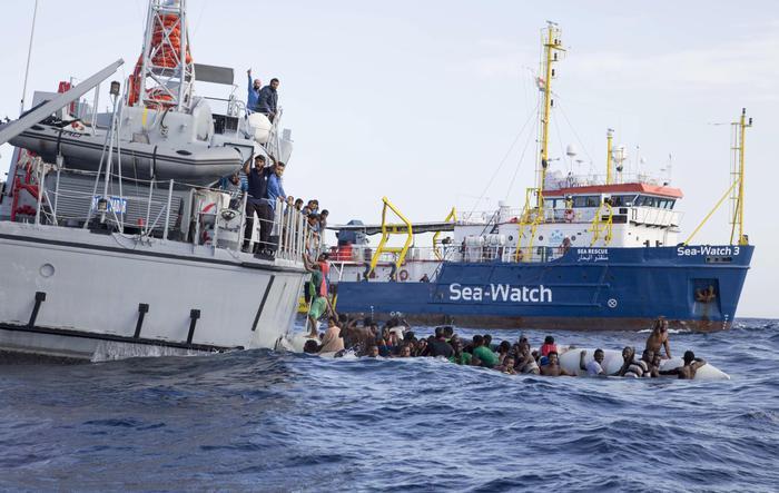 Migranti verso il porto di Napoli, scontro de Magistris-Salvini sulla Sea Watch