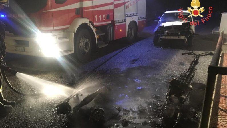 Incendio nella notte distrugge un'auto e due scooterI Vigili del fuoco mettono in sicurezza l'area, si indaga