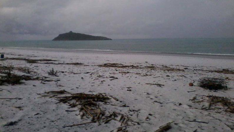 """Diamante, il freddo polare porta la neve al mare  L'immagine suggestiva della spiaggia """"imbiancata"""""""