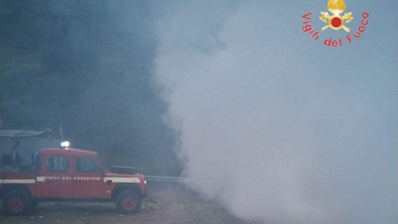 In fiamme una discarica di materiale di potaturaIntervento dei vigili del fuoco, disagi per il fumo