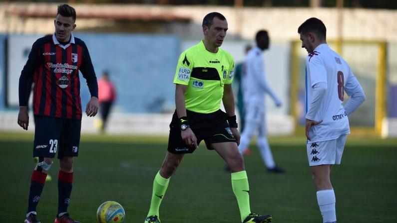 VIDEO - Serie C, le immagini della pallonata all'arbitro costata una maxi multa alla Vibonese
