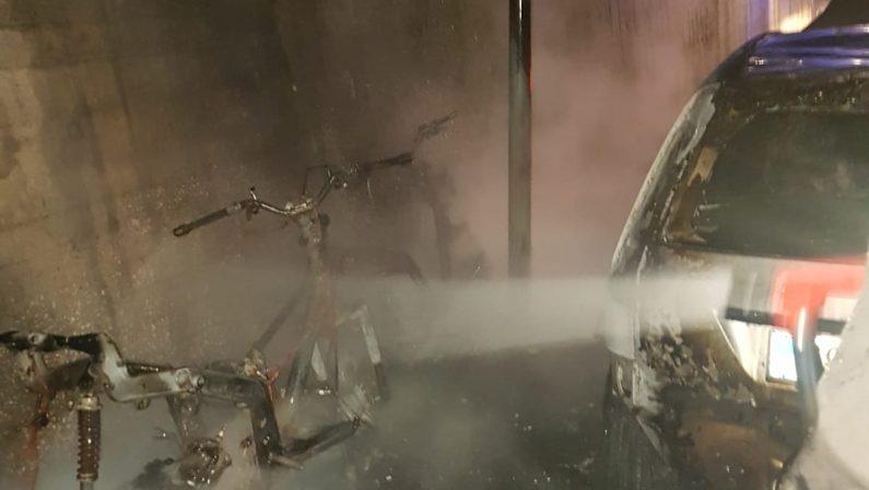 FOTO - Auto incendiate e danneggiate, notte di paura nei quartieri a sud di Catanzaro