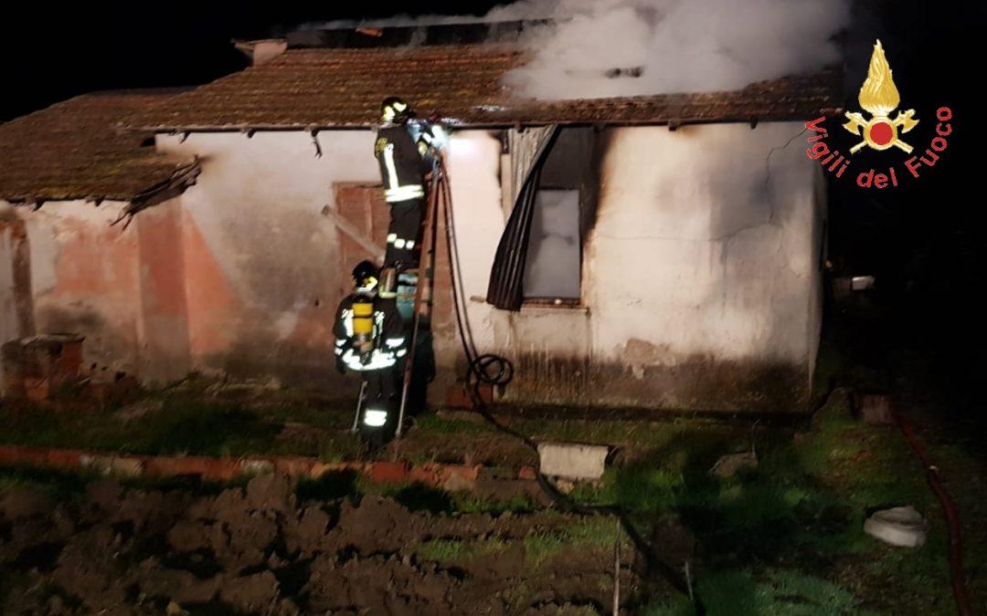 VIDEO – Incendio doloso distrugge casolare nel Catanzarese: le immagini