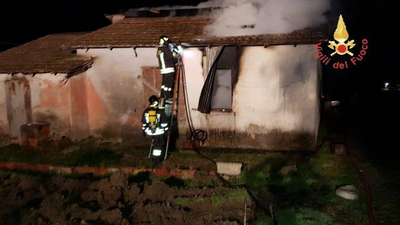 VIDEO - Incendio doloso distrugge casolare nel Catanzarese: le immagini