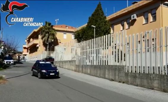 IL VIDEO – Estorsioni, rapine e droga: operazione dei carabinieri nel Catanzarese