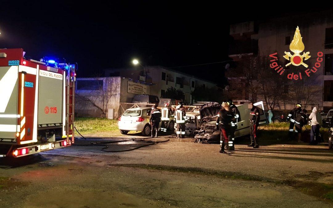 Incendi e danneggiamenti, notte di paura a Catanzaro  Diverse auto date alle fiamme nei quartieri a sud