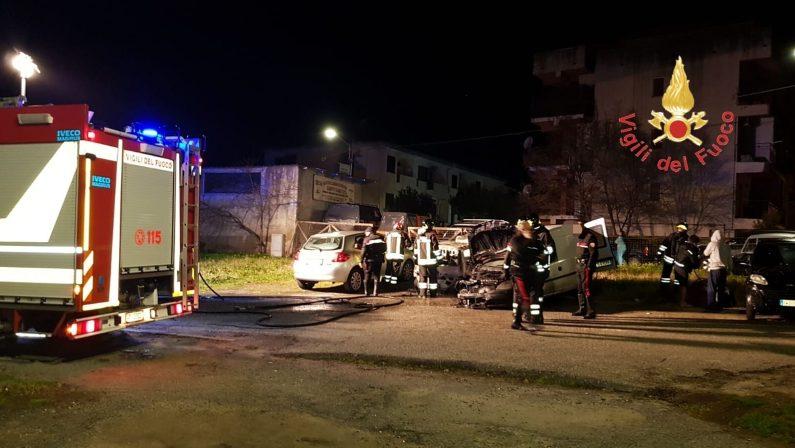 VIDEO - Auto danneggiate e incendiate a Catanzaro, indagini dei carabinieri