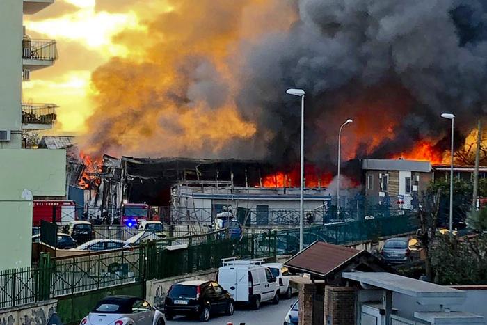 Casoria, a fuoco una fabbrica: persone intossicate